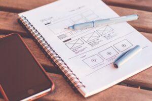 Bloc-notes avec agencements de design pour la création d'un site web