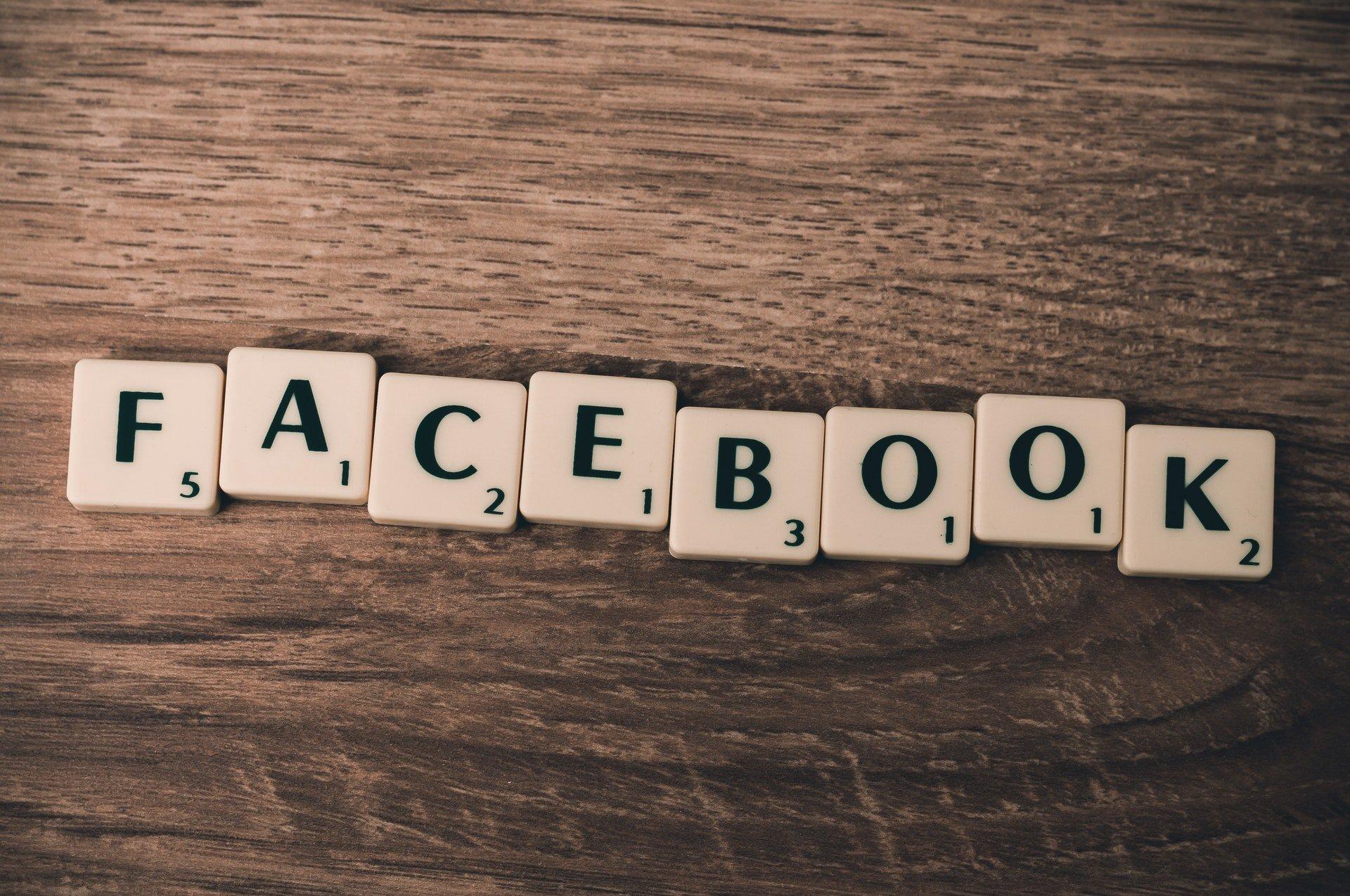 Facebook en lettres de Scrabble