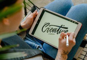 Artiste digital qui peint sur tablette